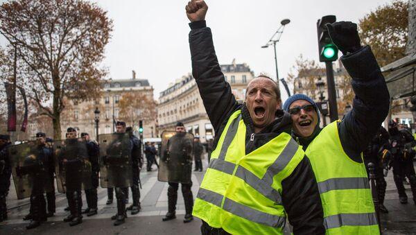 Акция протестов автомобилистов желтые жилеты в Париже  - Sputnik Ўзбекистон