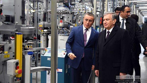 Шавкат Мирзиёев ознакомился с деятельностью текстильного предприятия в Шаватском районе - Sputnik Ўзбекистон
