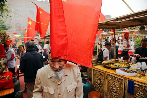 Люди на рынке в Кашгаре, Синьцзян-Уйгурский автономный район, Китай - Sputnik Узбекистан