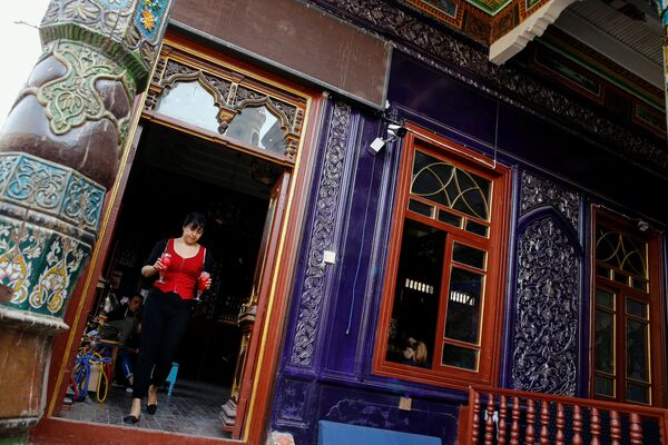 Официантка выносит напитки, Кашгар, Синьцзян-Уйгурский автономный район, Китай - Sputnik Узбекистан