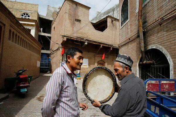 Мужчина продает музыкальный инструмент в Старом городе в Кашгаре, Синьцзян-Уйгурский автономный район, Китай - Sputnik Узбекистан