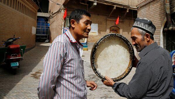 Mujchina prodayet muzыkalnыy instrument v Starom Gorode v Kashgare, Sintszyan-Uygurskiy avtonomnыy rayon, Kitay - Sputnik Oʻzbekiston