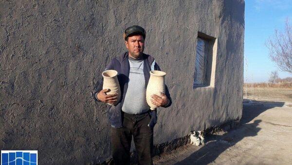 Житель Каракалпакстана нашел исторические кувшины у себя на огороде - Sputnik Ўзбекистон