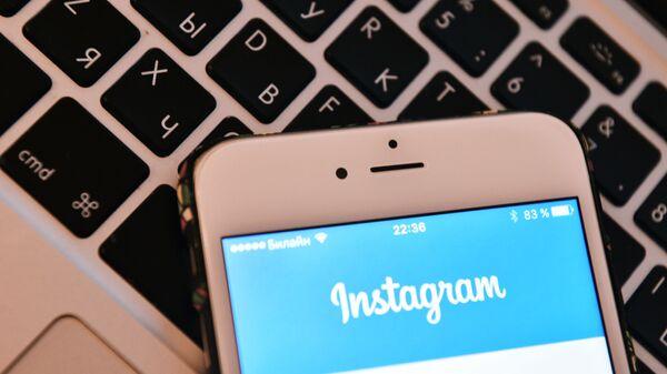 Страница социальной сети Instagram на экране смартфона. - Sputnik Узбекистан