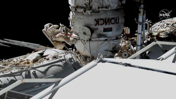 Операция космонавтов по обследованию обшивки Союза МС-09 - Sputnik Узбекистан