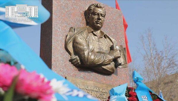 Барельеф писателю Чингизу Айтматову в Ташкенте - Sputnik Узбекистан
