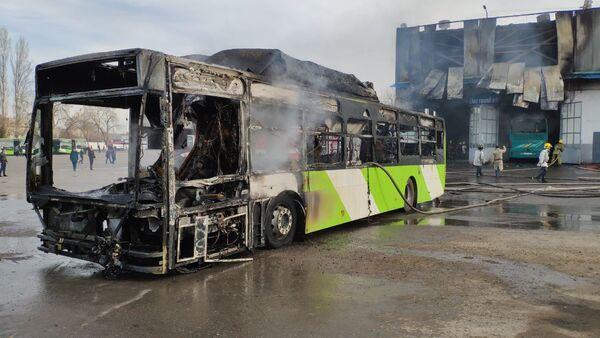 Сгоревший автобус в 8-автопарке г. Ташкента - Sputnik Ўзбекистон