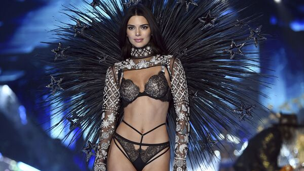Victoria's Secret Fashion Show намойишида модел Кендалл Женнер - Sputnik Ўзбекистон
