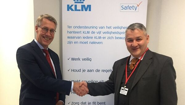 Посол Узбекистана в странах Бенилюкс Дилёр Хакимов встретился с директором по международным делам авиакомпании KLM Яном Врибургом - Sputnik Узбекистан