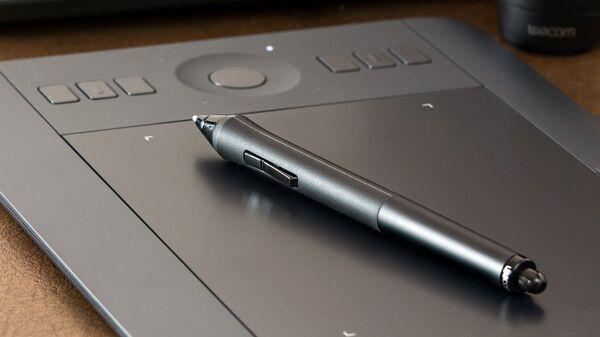 Планшет и ручка. Иллюстративное фото - Sputnik Ўзбекистон