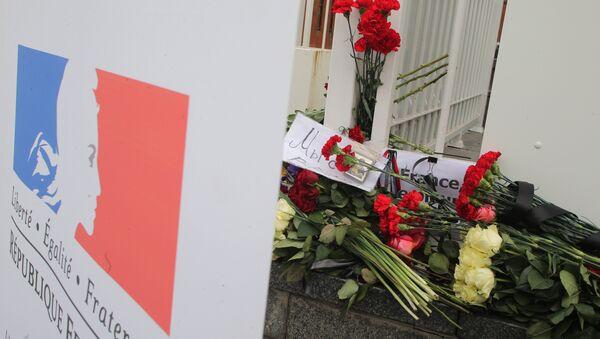 Цветы у посольства Франции в Москве - Sputnik Узбекистан