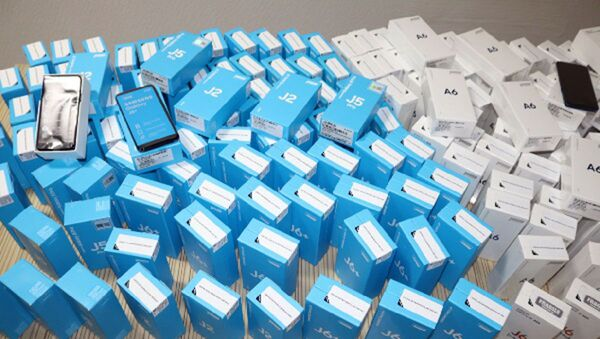Мобильные телефоны изъятые таможенной службой Узбекистана во время проверки - Sputnik Ўзбекистон