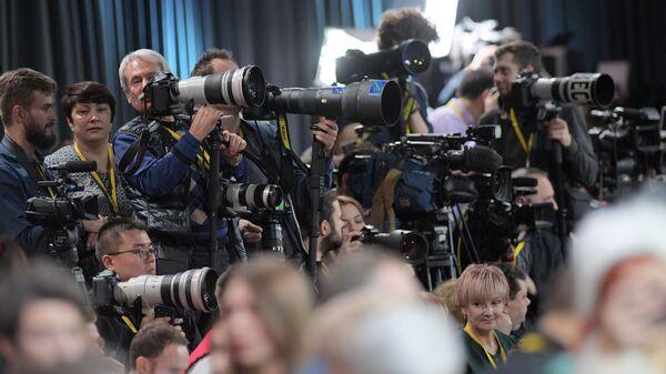 Журналисты в Центре международной торговли на Красной Пресне перед началом ежегодной большой пресс-конференции президента РФ Владимира Путина - Sputnik Узбекистан