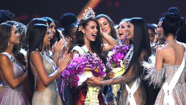 Победительница конкурса Мисс Вселенная 2018 Катриона Грей принимает поздравления - Sputnik Ўзбекистон