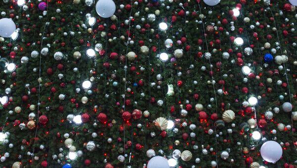 Новогодние игрушки и гирлянды на главной елке Узбекистана - Sputnik Узбекистан