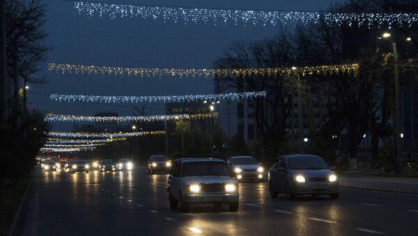 Новогодние украшения на улице Мустакиллик - Sputnik Ўзбекистон