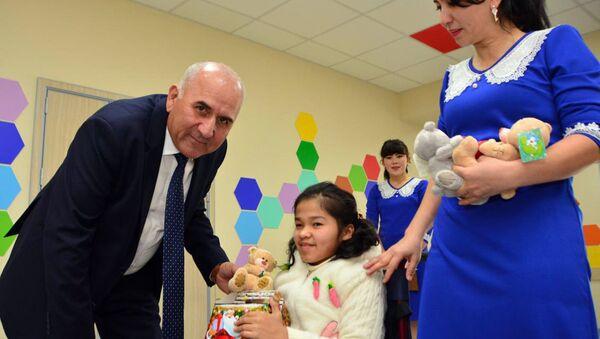 Воспитанникам дома-интерната для детей-инвалидов Мурувват вручили новогодние подарки  - Sputnik Ўзбекистон
