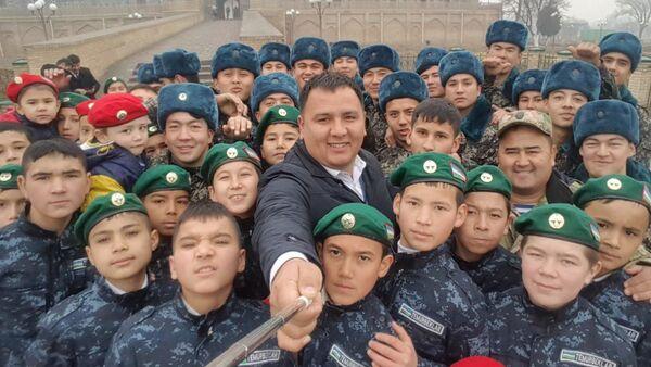 В Узбекистане стартовал конкурс на лучшее селфи в честь Дня защитников Родины - Sputnik Ўзбекистон