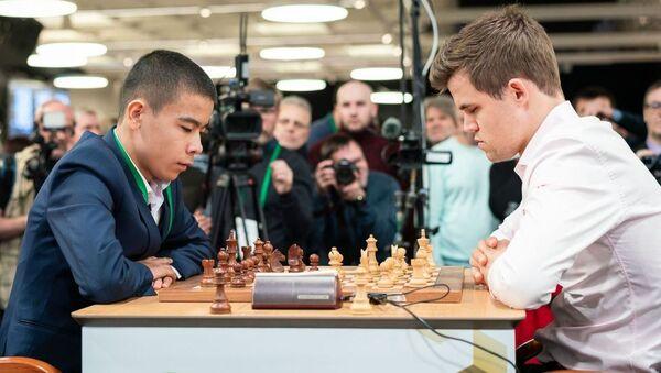 Шестнадцатилетний шахматист Узбекистана победил действующего чемпиона мира Магнуса Карлсена - Sputnik Ўзбекистон