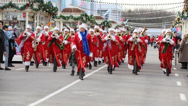 Военнослужащие ВС Узбекистана в костюмах Деда Мороза - Sputnik Ўзбекистон