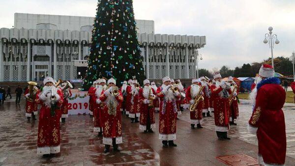 Новогодние концерты от переодетых в Корбобо военного оркестра продлятся до 3го января - Sputnik Ўзбекистон