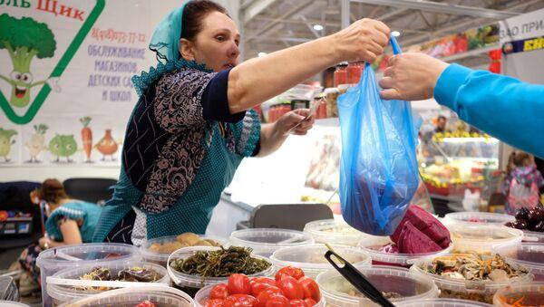 Продавщица сложила продукты в полиэтиленовый пакет - Sputnik Узбекистан
