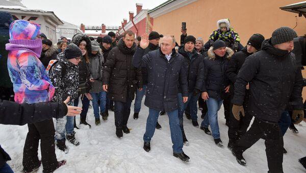 Президент РФ Владимир Путин во время прогулки по Петропавловской крепости - Sputnik Ўзбекистон