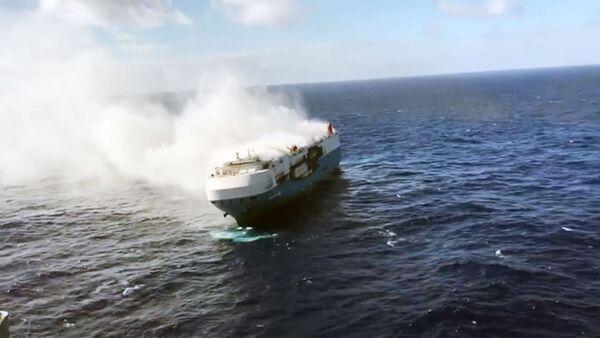 Четыре тысячи машин загорелись на корабле - Sputnik Ўзбекистон