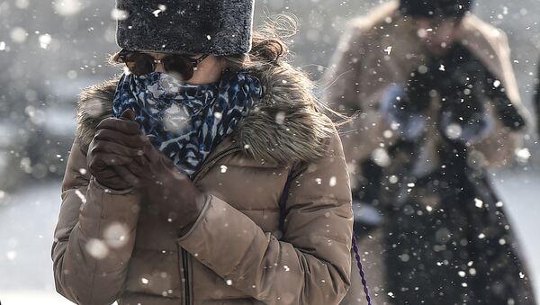 Devushka vo vremya snegopada v Stambule, Turtsiya  - Sputnik Oʻzbekiston