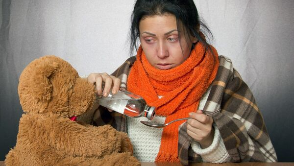 Девушка пьет микстуру - Sputnik Узбекистан