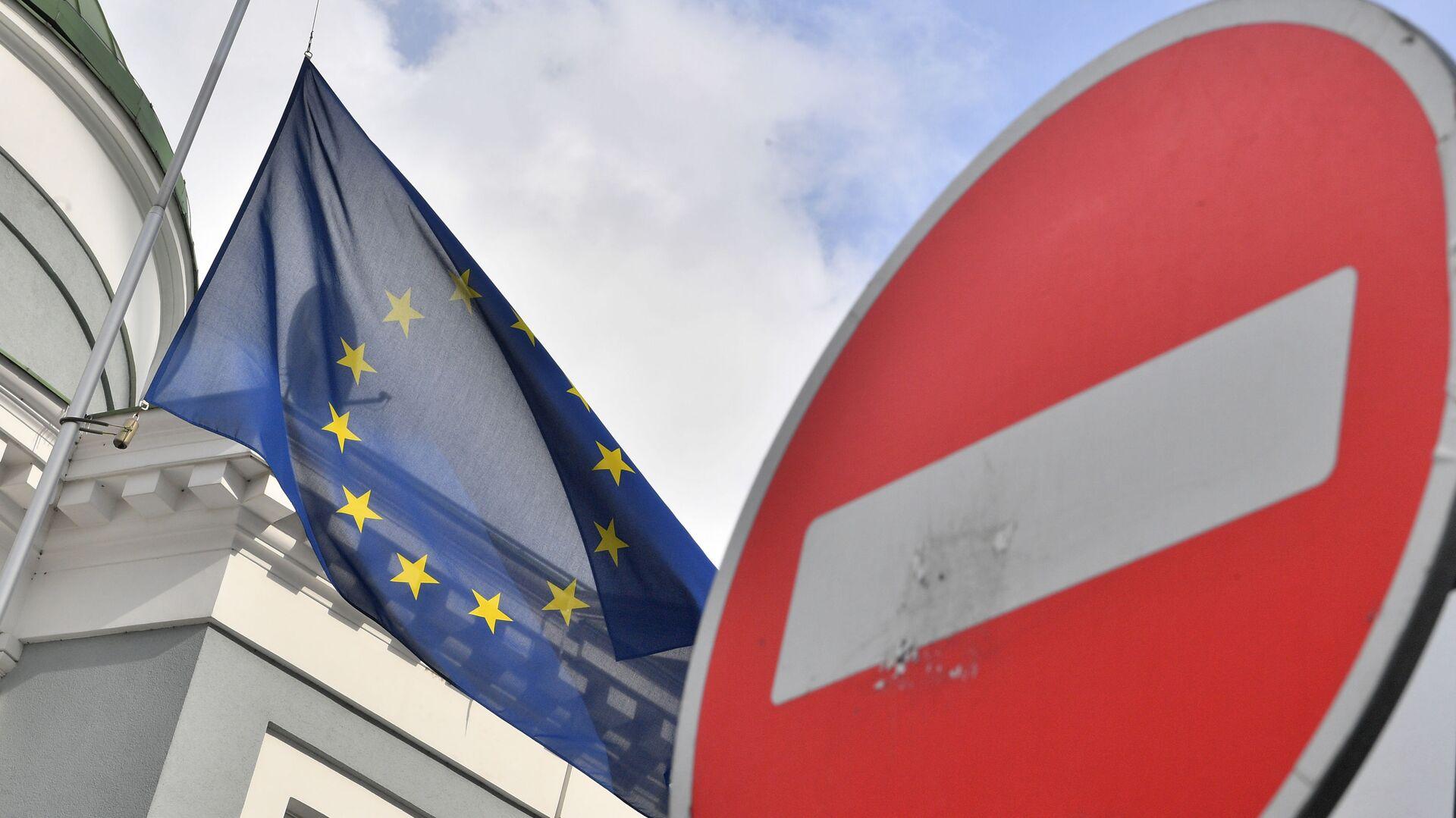 Флаг ЕС у здания представительства Европейского Союза в Москве - Sputnik Узбекистан, 1920, 25.02.2021
