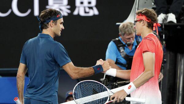 Роджер Федерер из Швейцарии и Денис Истомин из Узбекистана приветствуют друг друга после матча - Sputnik Узбекистан