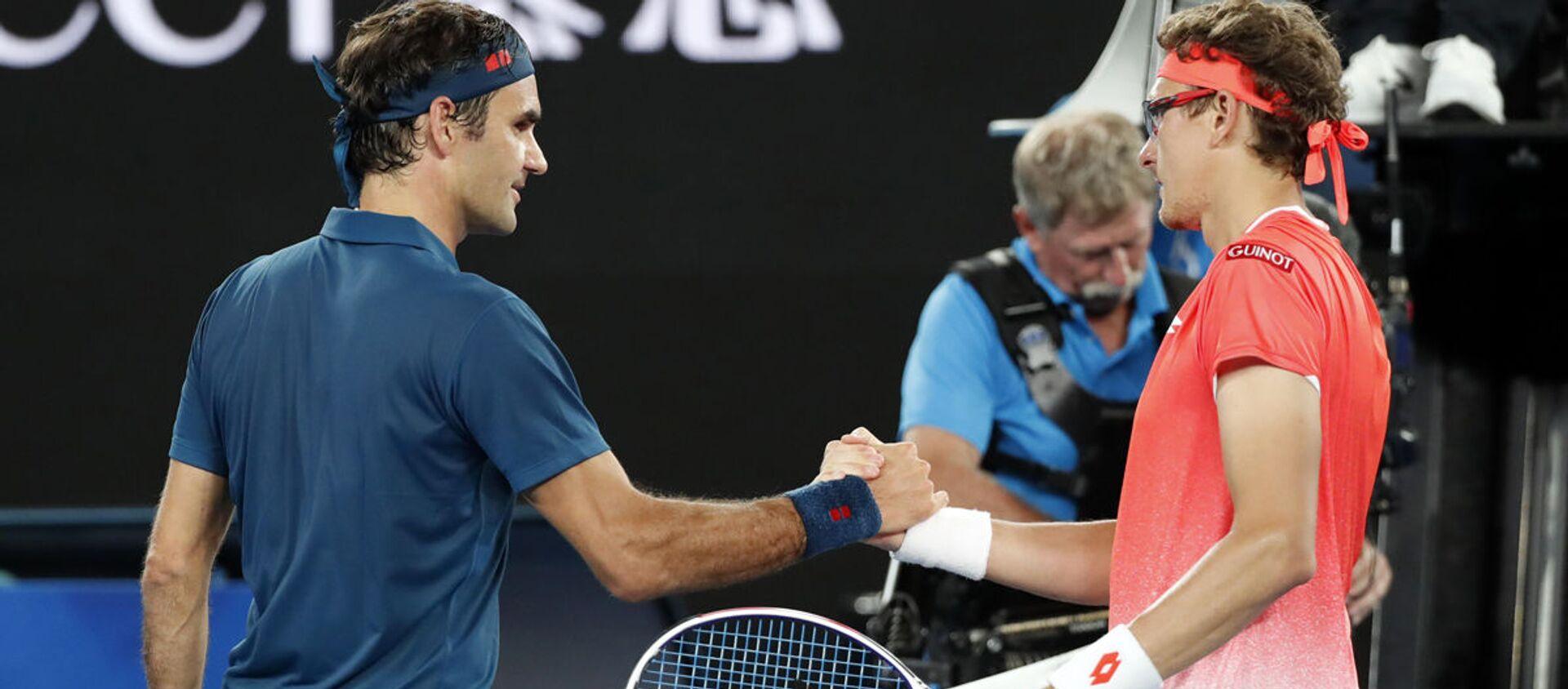 Роджер Федерер из Швейцарии и Денис Истомин из Узбекистана приветствуют друг друга после матча - Sputnik Узбекистан, 1920, 14.01.2019