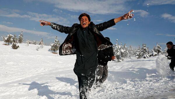 Афганские мальчики играют после первого снегопада в Кабуле - Sputnik Узбекистан