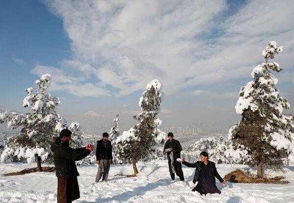 Молодежь фотографируется после первого снегопада в Кабуле - Sputnik Узбекистан