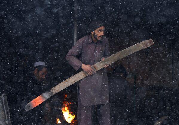 Кузнец работает во время снегопада в Кабуле - Sputnik Узбекистан