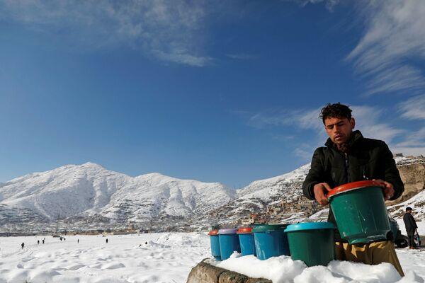 Мужчина готовится продавать йогурт, Кабул, Афганистан - Sputnik Узбекистан