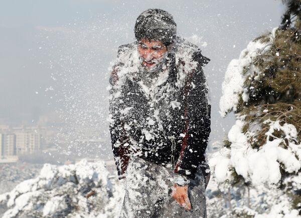 Мужчина в снегу после первого снегопада в Кабуле  - Sputnik Узбекистан