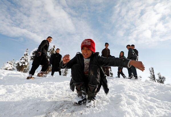 Мальчики играют в снежки, Кабул, Афганистан - Sputnik Узбекистан