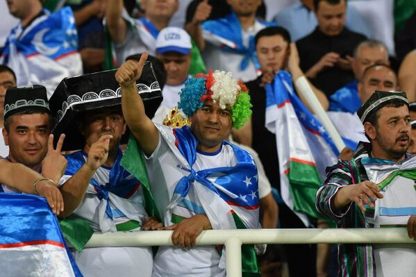 Болельщики сборной Узбекистана по футболу во время матча с Японией - Sputnik Узбекистан