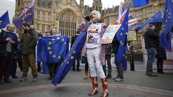 Uchastniki aktsii protiv Brexit u zdaniya parlamenta Velikobritanii v Londone - Sputnik Oʻzbekiston