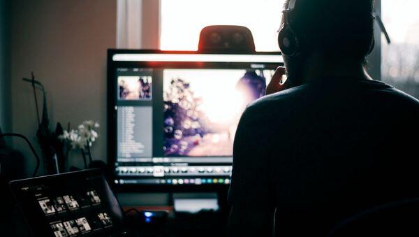 Мужчина обрабатывает изображение на компьютере - Sputnik Ўзбекистон