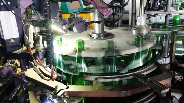 Инспекционная машина контроля бутылок на транспортной линии - Sputnik Узбекистан