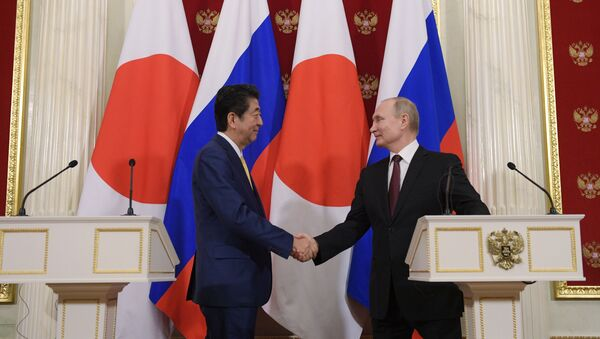 Президент РФ В. Путин встретился с премьер-министром Японии С. Абэ - Sputnik Узбекистан