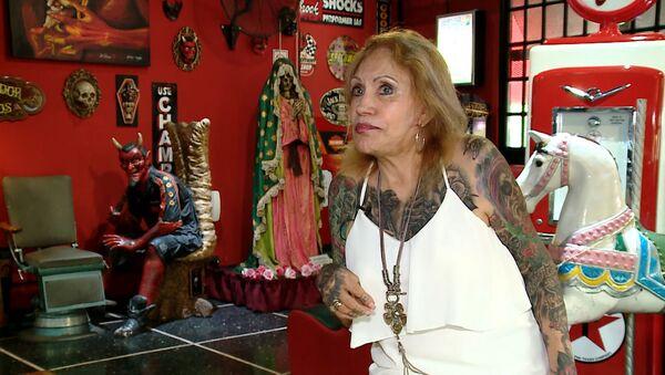 Пожилая аргентинка за год покрыла все тело татуировками - видео - Sputnik Ўзбекистон