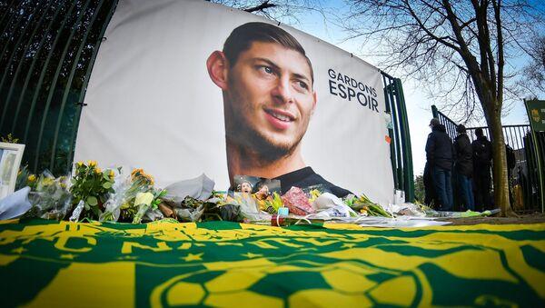 Плакат в честь пропавшего футболиста Эмилиано Сала - Sputnik Ўзбекистон