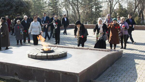 Возложение цветов к Вечному огню на Волгоградском кладбище в Ташкенте - Sputnik Узбекистан