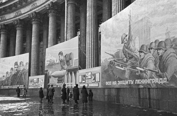 Плакаты на Казанском соборе. Ленинград октябрь 1941 года - Sputnik Узбекистан