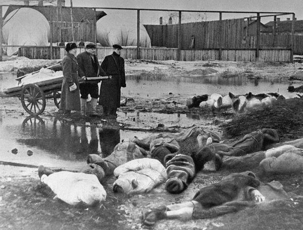 Мужчины хоронят умерших в дни блокады в Ленинграде. Волково кладбище. - Sputnik Узбекистан
