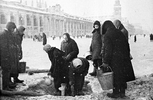 Жители блокадного Ленинграда на Невском проспекте, 1942 год - Sputnik Узбекистан